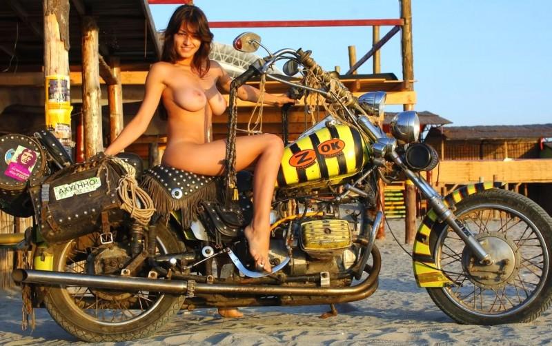 фото девушек на мотоцикле голых